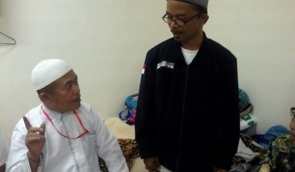 <b>Foto:</b> Bupati Merangin Al Haris saat berdilog dengan petugas kloter 8 dalam kunjungannya Rabu (1/10)