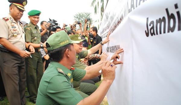 Walikota Jambi SY Fasha dan Wawako Abdullah Sani menandatangani deklarasi penutupan lokalisasi di Pemkot Jambi belum lama ini