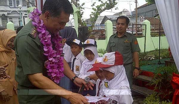 <b>Foto:</b> Wako Jambi SY Fasha menyerahkan bantuan seragam sekolah