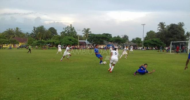 Laga uji coba antara PS Bungo dan All Star di lapangan sepakbola Dusun Manggis tadi sore (6/1) berakhir Imbang.