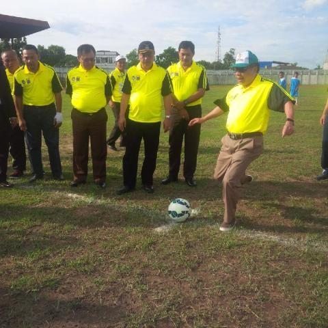 Pj Gubernur Jambi menendang bola pertama pembukaan gubernur cup 2016