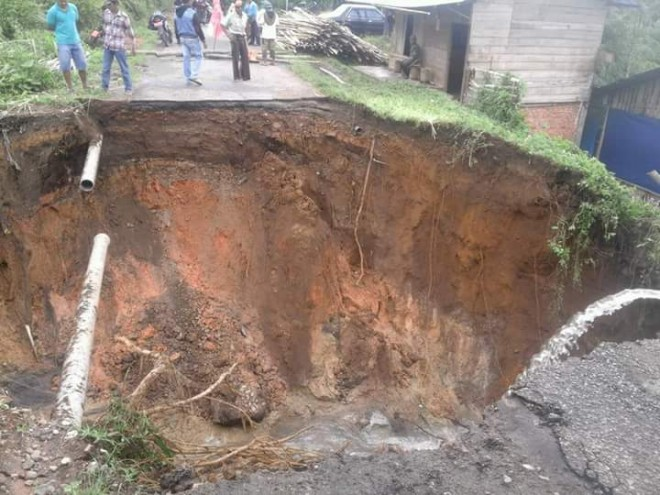 Ruas jalan di Desa Koto Baru, Sanggaran Agung, Kecamatan Danau Kerinci, yang putus.