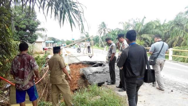 Jembatang penghubung Kabupaten Batanghari dengan Kabupaten Tebo di Desa Sengkatibyang nyaris putus