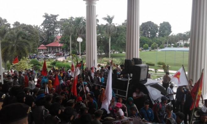 Demontrasi ratusan Suku Anak Dalam (SAD) dan petani Jambi di kantor Gubernur Jambi pagi ini (16/3)