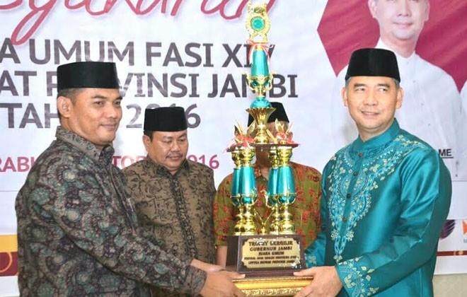 Walikota Fasha menerima tropi juara umum yang diserahkan oleh Ketua BKPRMI Kota Jambi.