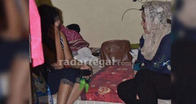 Wali Kota Tegal KMT Hj. Siti Masitha Soeparno (berkerudung) saat memergoki pasangan mesum di rumah indekos. Foto: Radar Tegal/JPG