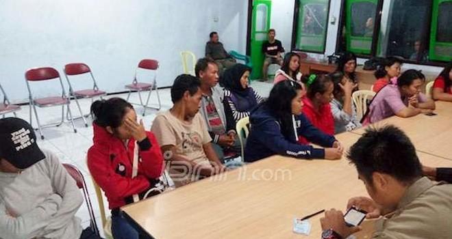 Para PSK dan pasangan selingkuh yang terjaring razia Satpol PP Batang, Sabtu (12/11). Foto: Radar Pekalongan/JPG