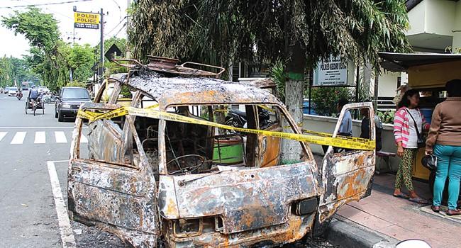 Mobil angkutan umum jurusan Kediri–Pare yang terbakar di pinggir jalan depan Fasilitas Kesehatan (Faskes) Polsek Kediri Kota hanya menyisakan kerangka. Foto : M. Fikri Zulfikar/Radar Kediri/JPG