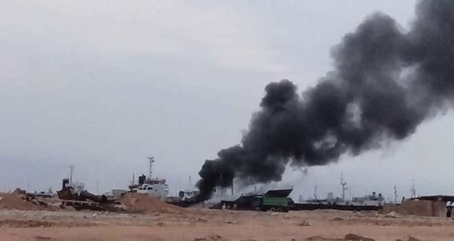 Tanker Nona Tang II meledak dan terbakar di Pantai Stres Jodoh, Batuampar, Batam, Rabu (16/11). Foto: Andrika Zapzup/FB/WB