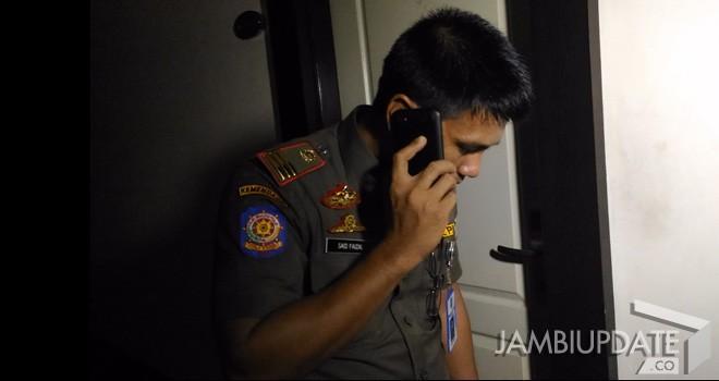 Petugas Satpol PP Kota Jambi tengah menerima telpon.