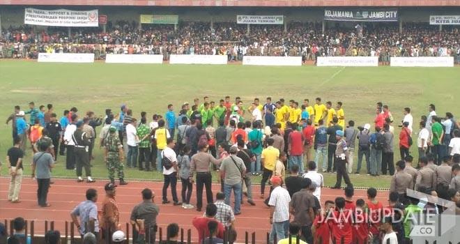 Gubernur Jambi Zumi Zola turun lansung ke dalam lapangan dan mengunpulkan pemain dari masing-masing kesebelasan.