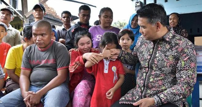 Walikota Jambi, SY Fasha saat mengunjungi korban kebakaran di Kelurahan Beliung Kecamatan Alam Barajo, Minggu siang (12/2).