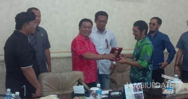 Wakil Ketua DPRD Provinsi Jambi, Chumaidi Zaidi saat menerima kunjungan kerja dari anggota DPRD tetangga.