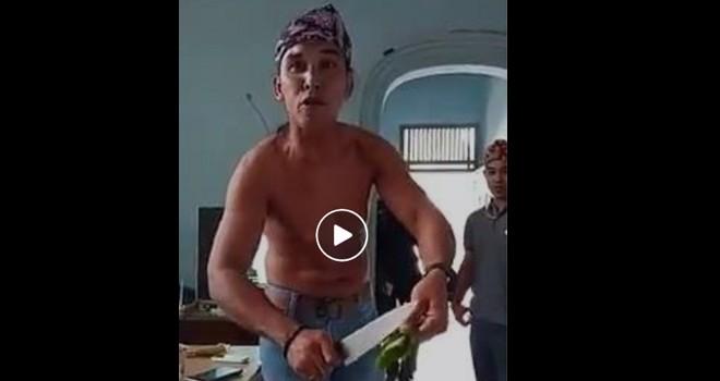 Pemuda asal jambi tantang iwan bopeng yang ingin memotong tentara. Foto : Ist