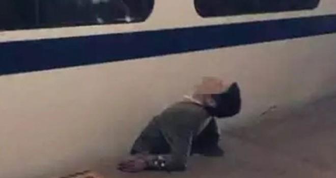 Pria yang terjepit kereta. Foto : Screencapt YouTube