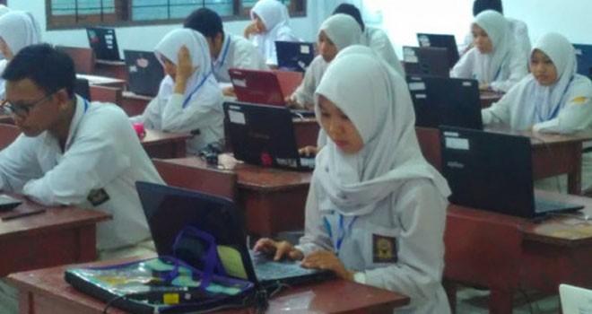Siswa mengerjakan soal Ujian Nasional. Ilustrasi Foto: dok.JPNN.com