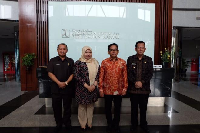 Foto bersama Bupati muaraojambi masnah - bbs dengan anggota DPR RI H Bakri.
