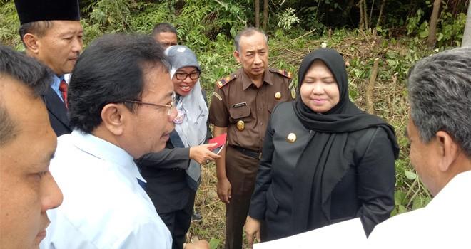 Bupati Muaro Jambi, Hj Masnah Busro mendampingi Kepala Kemenkumham Jambi, Bambang Palasara meninjau Lokasi tanah Pemkab yang akan dihibahkan menjadi LP.