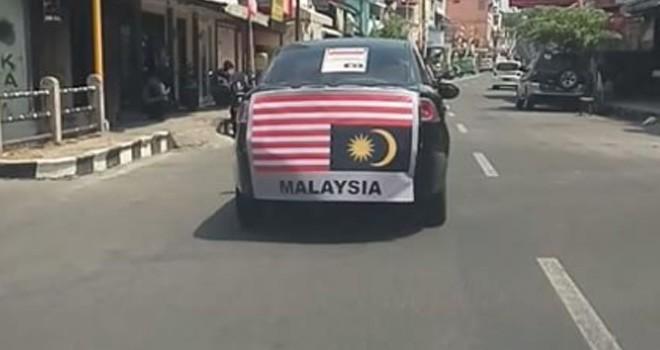 Bendera Malaysia terbalik dibawa keliling kota. Foto : Instagram