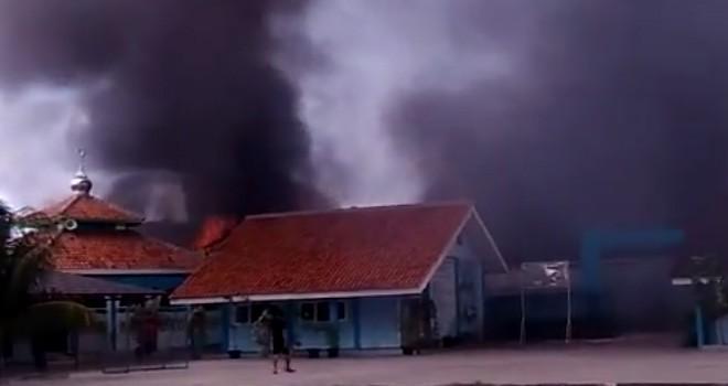 Detik-detik saat gudang petasan di Kosambi Tanggerang meledak dan terbakar pagi tadi.