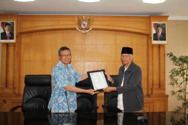Penyerahan sertifikat dari Sekretaris BAN-SM kepada Ketua BAP-SM Jambi.