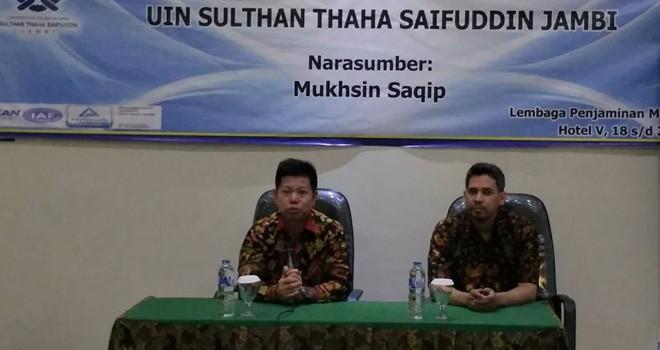 Ketua LPM UIN STS Jambi bersama narasumber saat pembukaan kegiatan.