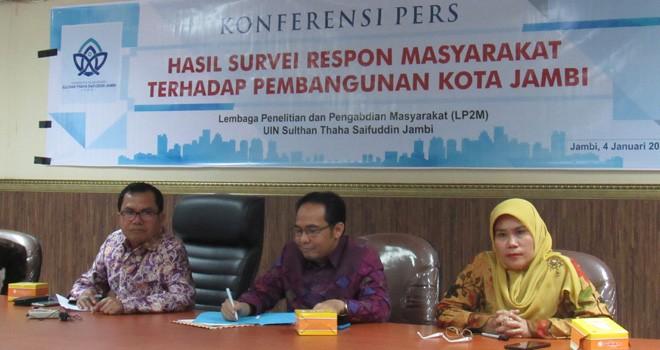 Konferensi pers hasil survey terhadap pembangunan di Kota Jambi.