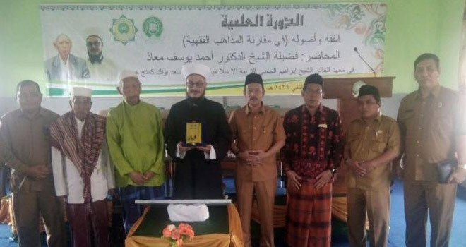 Kakanwil Kemenag bersama Pengasuh Mahad Aly beserta undangan lainnya foto bersama usai peresmian RKB ahad Aly belum lama ini.