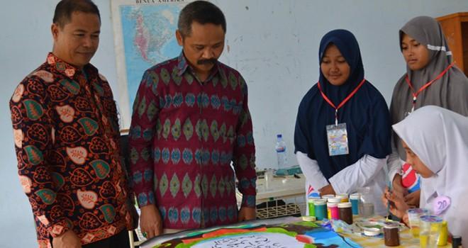Pejabat Kemenag Ri didampingi Kepala MAN IC Jambi saat meninjau kegiatan siswa belum lama ini.
