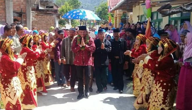 Disambut Hangat, Zainal Abidin Diarak Masyarakat Keliling Kampung di Pulau Tengah.