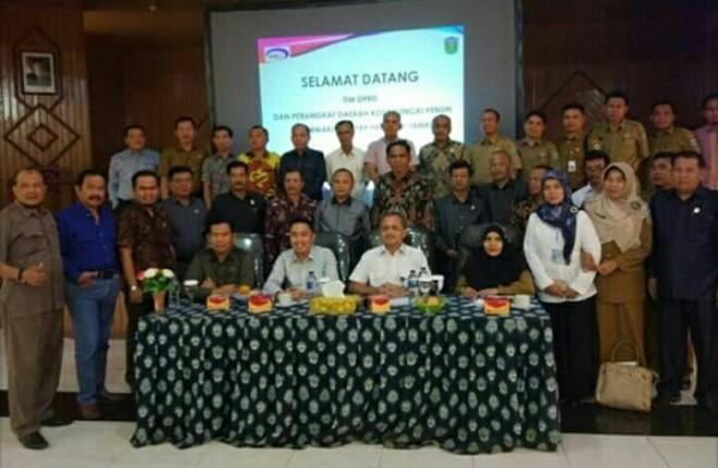 Pimpinan dan anggota DPRD Kota sungai penuh bersama dengan tim asistensi Pemkot Sungai Penuh.
