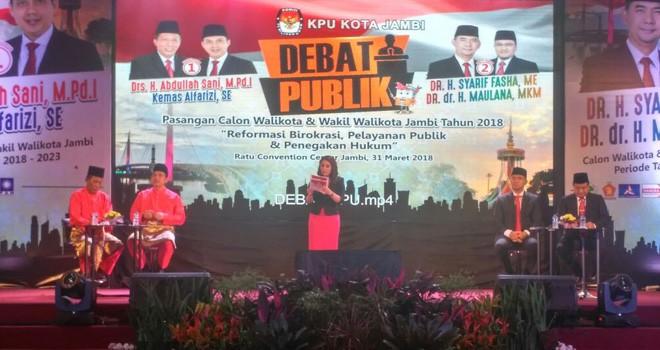 Pasangan Calon Walikota Jambi, Abdullah Sani-Kemas Alfarizi dan Sy Fasha-Maulana beradu program pada pelaskanaan debat tahap pertama di Ratu Convention Center (ACC).