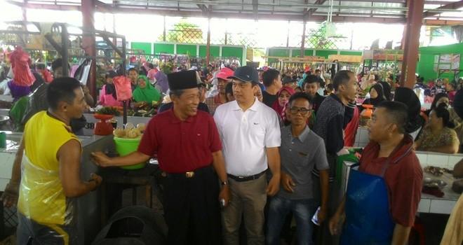 Sani-Izi saat blusukan ke Pasar Aur Duri Kecamatan Telanaipura.