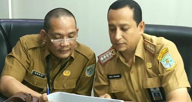 Kepala Bagian Humas Setda Kota Jambi Abu Bakar saat berkordinas dengan Kepala Bapedda Kota Jambi Donny Iskandar.