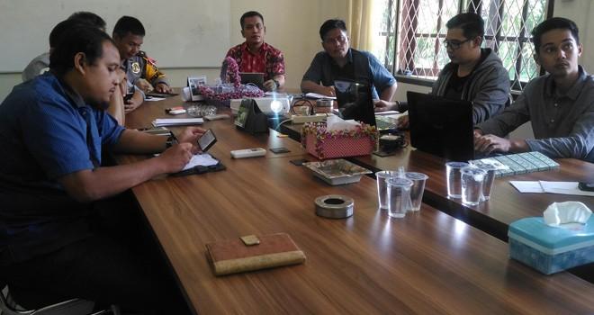 Komisioner KPU Kota Jambi ketika menggelar rapat koordinasi pelaksaan debat public. Tim pasangan calon Abdullah Sani-kemas Alfarizi dan Sy Fasha-Maulana diminta bersiap laporkan dana kampanye.