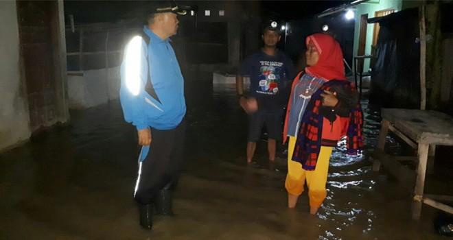 Calon Wakil Bupati Kerinci nomor urut 3 Arsal Apri saat Datangi Korban Banjir di Beberapa Desa Kecamatan Depati Tujuh.