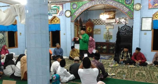 Ketua Harian Dewan Masjid Indonesia Jambi Dr.dr.H. Maulana saat mengahadiri Perayaan Israk Mikraj Nabi Muhammad SAW di Masjid Teladan di Kelurahan beringin pasar Jambi.