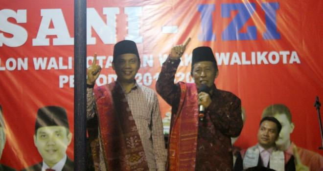 Pasangan Sani-Izi ketika memberikan sambutan dalam acara pengukuhan Tim Pemenangan Batak Kota Jambi, Sabtu (28/4) kemarin.
