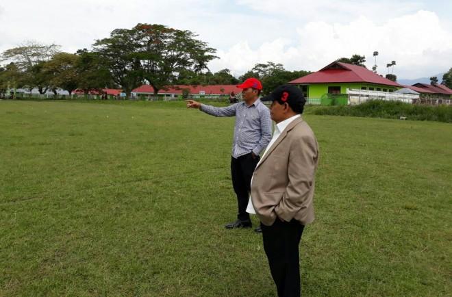 Muradi yang mengenakan topi nomor tiga bersama Zainal Abidin langsung meninjau lokasi kampanye akbar pasangan Kerinci Hebat 24 Juni 2018 mendatang di Lapangan Merpati Hiang.