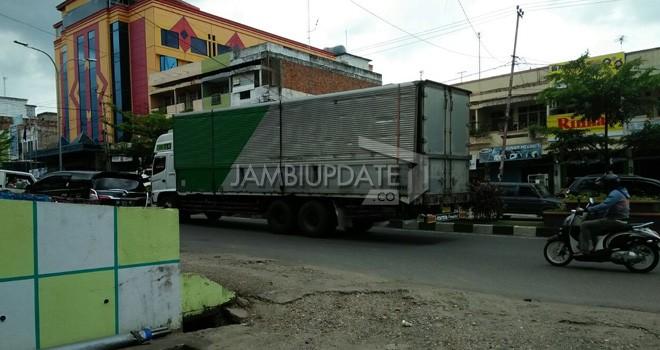 Truk bertonase besar saat melintas di salah satu jalan di Kota Jambi pada Sabtu (12/05) kemarin.