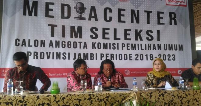 Timsel calon anggota KPU Provinsi Jambi memberikan keterangan kepada media terkait persiapan  seleksi. Usai uji kelayakan dan kepatutuan, Komisoner terpilih ditetapkan