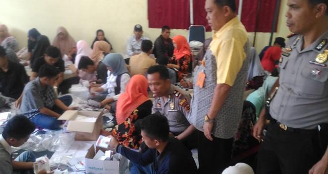 KPU Kerinci dan petugas tampak memantau proses penyortiran dan pelipatan surat suara Pemilihan Kepala Daerah Kerinci.