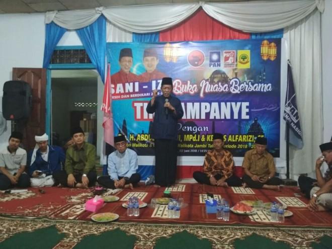 Calon Walikota Jambi, Abdullah Sani meberikan sambutan pada acara buka bersama dengan tim kampanye di kantor media center, Sabtu (2/6) kemarin.