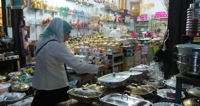Jelang lebaran penjualan aksesoris keramik mengalami peningkatan.