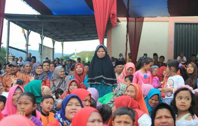Ibu kandung Zainal Abidin saat diperkenalkan pada acara kompanye di lempur.