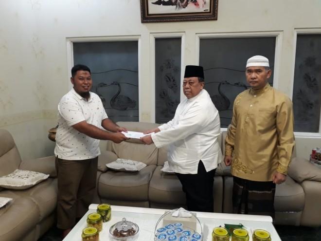 Kakan kandung Maesita, Lutfie menyerahkan surat pernyataan Maesita ke Rahman Albani disaksikan Ketua Harian DPD Golkar Provinsi Jambi H Sy Fasha.