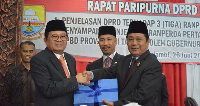 Wakil Ketua DPRD Provinsi Jambi Chumaidi Zaidy menyerahkan naskah tiga Ranperda Insitiatif dewan.