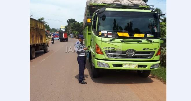 Dishub Kota Jambi melakukan penilangan terhadap truck angkutan barang bertonase besar masuk kota.