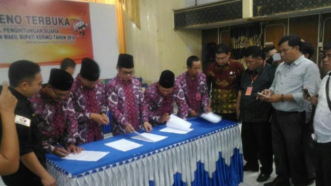 Komisioner KPU saat menandatangani berita acara