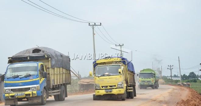 Mobil angkutan batu bara.